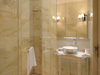 Fürdőszoba különleges márványhatású borítással