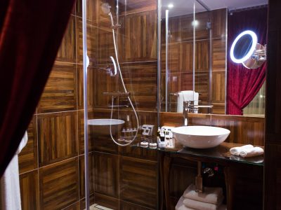 Wooden bathroom - Mystery Hotel Budapest