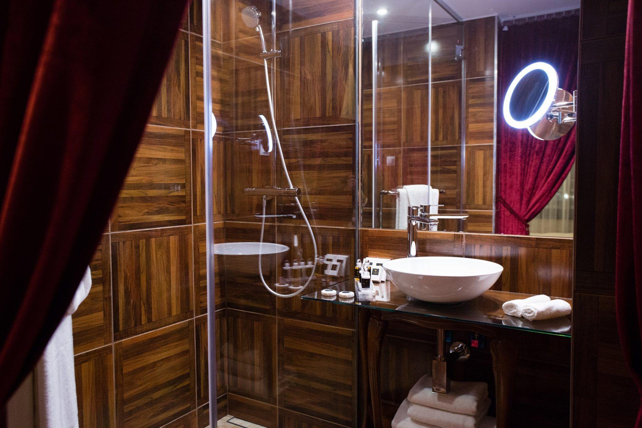 Fürdőszoba különleges fahatású burkolattal - Mystery Hotel Budapest. LETÖLTÉS: képre kattintás után jobb klikk + kép mentése más néven